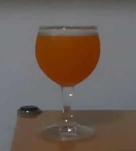 グラスにそそいだ、モンスターエナジーシリーズで果汁が入ったモンスターカオス