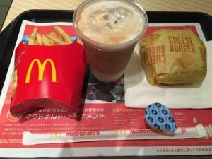 マクドナルドmcdonaldsの昼マック、チーズバーガーとポテト Mサイズ、カフェラテ Sサイズ