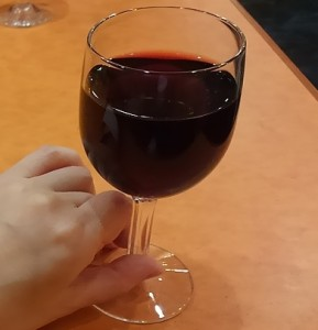 グラス一杯の赤ワイン